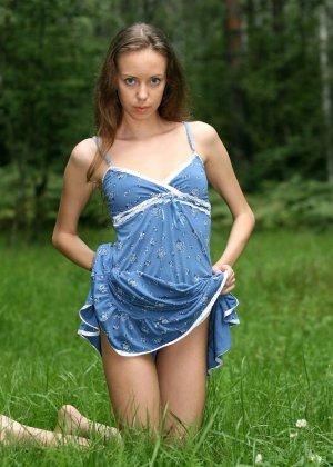 Горячая фотосессия молодой красотки, которая только дразнит собой, приподнимая платье, но не раздеваясь - фото 48