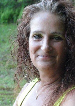 Зрелая женщина показывает себя со всех сторон, не стесняясь ничего – она знает, как себя преподнести - фото 18