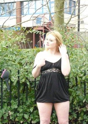Смелая телочка София не носит белья и даже готова обнажиться в городском парке посреди дня - фото 10