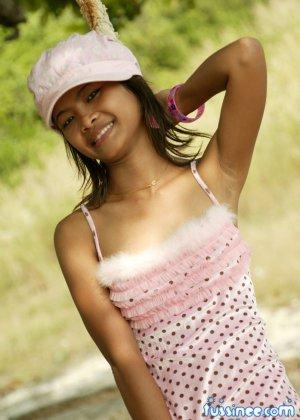 Девушка-азиатка качается на качелях и показывает свое хрупкое тело, раскрывая некоторые интимные части - фото 1