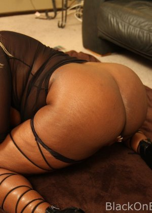 Темнокожую толстуху трахает мулат и мощно вставляет ей в глубокую глотку, куда потом и кончает - фото 3