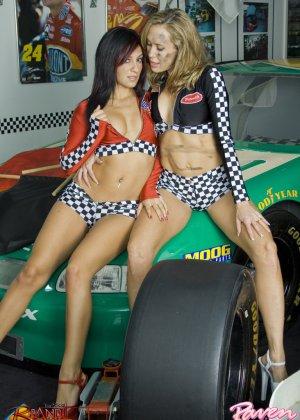 Брэнди Лав и Рэйвен Рили позируют на фоне красивой машины, а затем показывают красивые лесби-ласки - фото 10