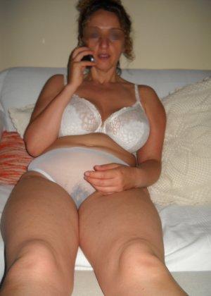 Джионни обладает пышной фигурой, которую она показывает, зайдя под струи горячего душа - фото 1