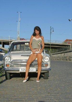 Тина обожает обнажаться на улицах города, в публичных местах, при этом шокируя прохожих своей откровенностью - фото 40