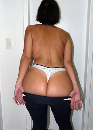Женщина встает спиной к камере и показывает свою большую задницу в одежде, а затем в трусах - фото 14