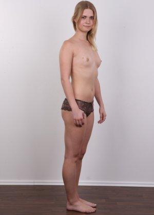 Улыбчивая девушка показывает все свои достоинства на чешском кастинге, раздевшись догола - фото 7
