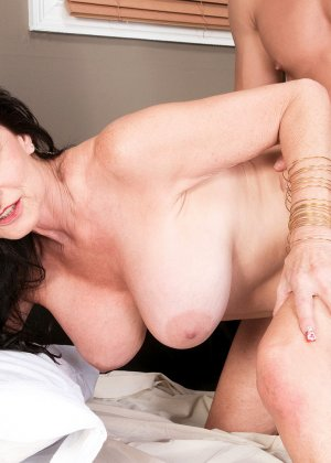 Рита Дэниэлс показывает любовнику, что незачем дрочить, листая журнал, гораздо лучше потрахаться с ней - фото 11