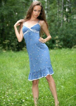 Горячая фотосессия молодой красотки, которая только дразнит собой, приподнимая платье, но не раздеваясь - фото 3