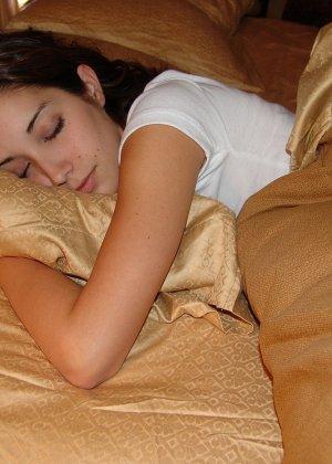 Пока женушка спит муж рассмотрел ее красивую попку в кокетливых розовых трусиках и успел подрочить - фото 1