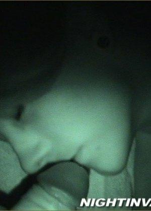 Мужик потрогал киску спящей супруги, поводил хером по ее мягким губам и кончил на животик - фото 13