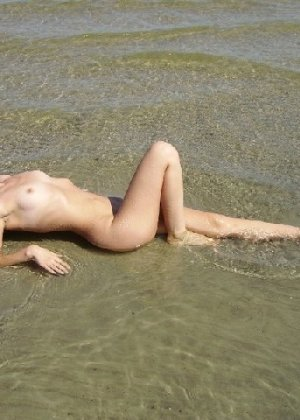 Игривая блондинка всегда не против эротической фотосессии - и дома во время секса, и на пляже - фото 29
