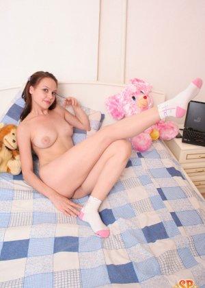 Красивая девушка все еще спит с мягкими игрушками, хотя наверняка, под подушкой к нее имеются и другие - фото 17