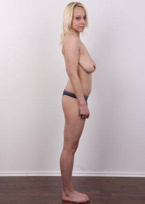 Киска блонды потекла на стеклянный стул от того, что ее заставили раздеться на камеру - фото 7