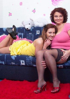 Молодая худенькая девушка решается на лесбийские игры с пышной дамочкой в зрелом возрасте - фото 6