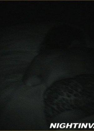 Мужик потрогал киску спящей супруги, поводил хером по ее мягким губам и кончил на животик - фото 3