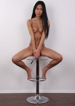 Стройная молодая азиатка приходит на кастинг и раздевается, чтобы дать заснять свое красивое тело - фото 17