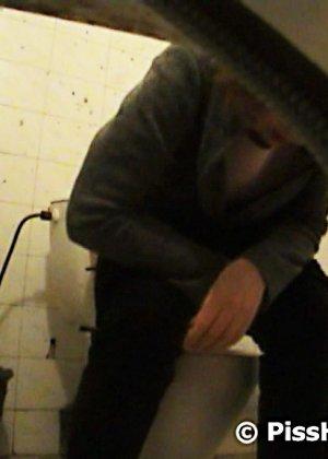 Вуайерист любит наблюдать, как телочка писает в общественном туалете - фото 2