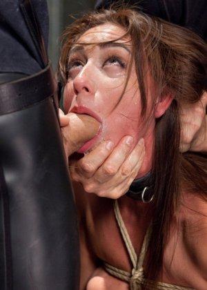 Связанную девушку жестко имеют, а она не может сопротивляться и принимает любое обращение - фото 10
