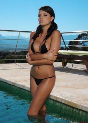 Саша Кэйн не снимает трусики, но ее тело и без того слишком возбуждающее и горячее – устоять невозможно - фото 2