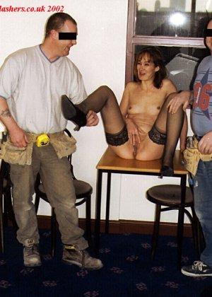 Джанна заходит в кафе в одних чулках, мужчины не могут отвести от нее взгляд и просто тут трахают - фото 16