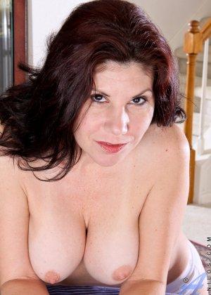 Грудастая жена с интимной стрижкой мастурбирует промежность перед камерой - фото 4