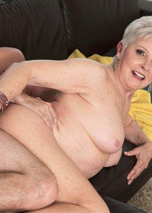 Распутной пожилой женщине мало того, что парень ей намазал спину кремом, она хочет трахаться с ним - фото 10