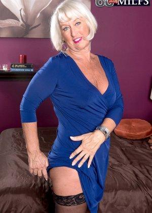 Любовник снимает синее платье красотки Дженни Лоу и радует ее дырочки своим толстым хуем - фото 1