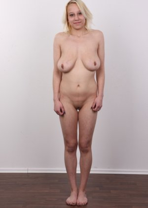 Киска блонды потекла на стеклянный стул от того, что ее заставили раздеться на камеру - фото 11