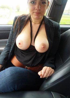 Девушки не стесняются ехать за рулем и на пассажирском сиденье с голой грудью – им есть, что показать - фото 7