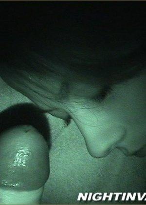 Мужик потрогал киску спящей супруги, поводил хером по ее мягким губам и кончил на животик - фото 9