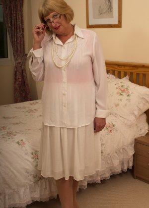 Кокетливой бабуле нравится носить эротическое белье под своим скромным нарядом - фото 1