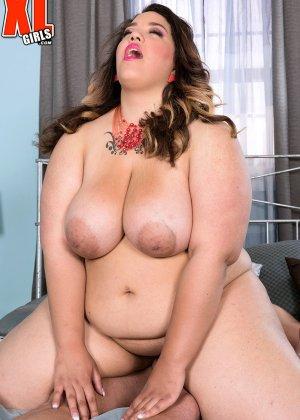 Дамочка обладает просто огромным телом, но это не мешает ей соблазнить мужчину и сесть ему на член - фото 13