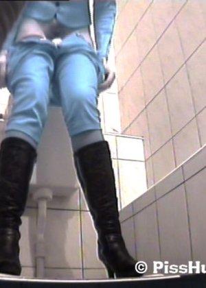 Скрытая съемка в женском туалете снова запечатлела писающих девушек, которые ни о чем не подозревают - фото 12