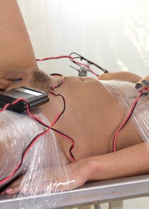Девушка в латексе воспитывает свою новую подружку с помощью разных электроприборов и игрушек из магазина для взрослых - фото 12