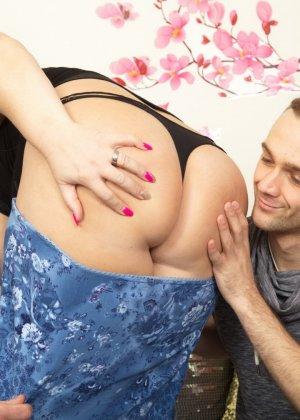 Зрелая женщина очень радуется вниманию двух молодых людей и показывает им свою огромную грудь - фото 13