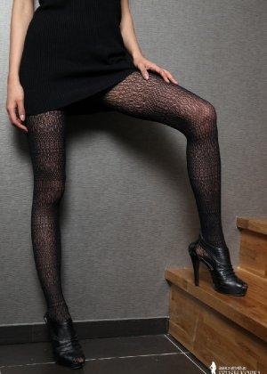 Азиатка постепенно освобождается от одежды и остается совсем обнажена, показывая стройное тело - фото 12