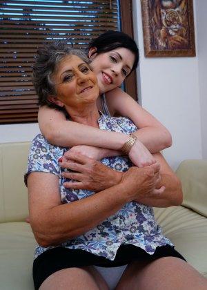 Бабуля лижет попку своей молодой соседке и целует ее груди, ведь она такая симпатичная девушка - фото 4