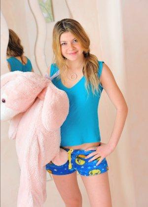У проказницы Серены имеются и специальные игрушки, но ей хочется трахнуть свою киску еще и огромным огурцом - фото 12