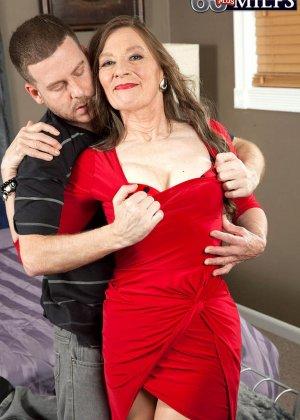 Зрелая телка в красном платье подцепила мужика на ужине у друзей и пригласила к себе, чтоб потрахаться - фото 5