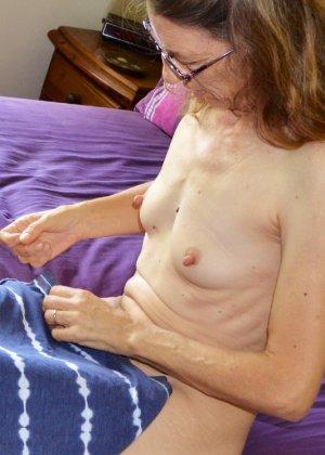 Женщина скрывает свое лицо, зато показывает наглядно, насколько маленькой бывает грудь - фото 11