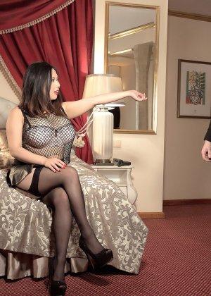 Тигерр Бэнсон соблазняет парня своими огромными буферами и он устраивает ей хороший секс - фото 1