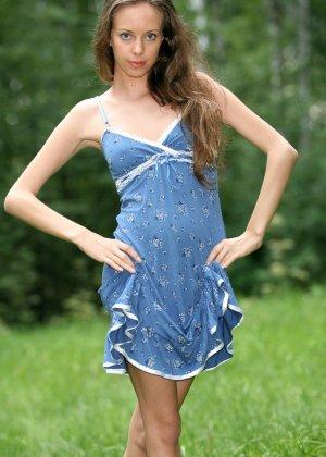Горячая фотосессия молодой красотки, которая только дразнит собой, приподнимая платье, но не раздеваясь - фото 8