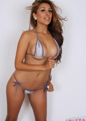 Горячая модель с экзотической внешностью показывает свою красивую фигуру под крохотным бикини - фото 5