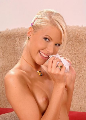 Блондинка и брюнетка балуются с желтым вибратором и дополняют его действием своими язычками - фото 2