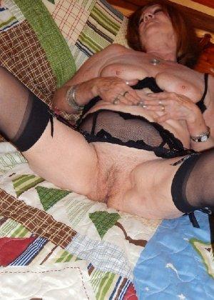 Женщина в возрасте и пышном теле очень хочет секса, поэтому пользуется разными секс-игрушками - фото 18