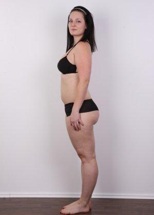 На очередном кастинге симпатичная девушка с пухлой задницей полностью разделась - фото 5