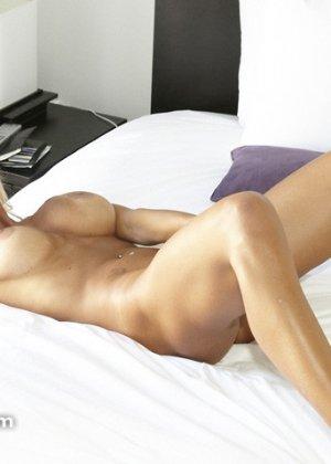 Грудастой лижут пизду, пока она заняла отсосом пениса другого мужика - фото 7