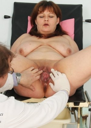 Светлана приходит на прием к гинекологу и позволяет себя осматривать с помощью специальных предметов - фото 10
