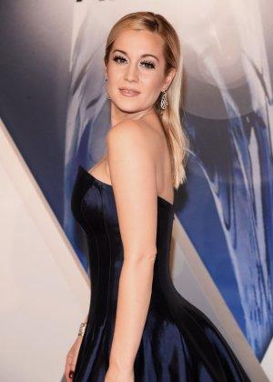 Келли Пиклер показывает себя на приеме в шикарном платье с глубоким вырезом в декольте - фото 3- фото 3- фото 3