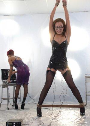 Электростимулятры и разные секс игрушки просто созданы для похотливой Дейзи и дерзкой девчонки Роксаны - фото 4
